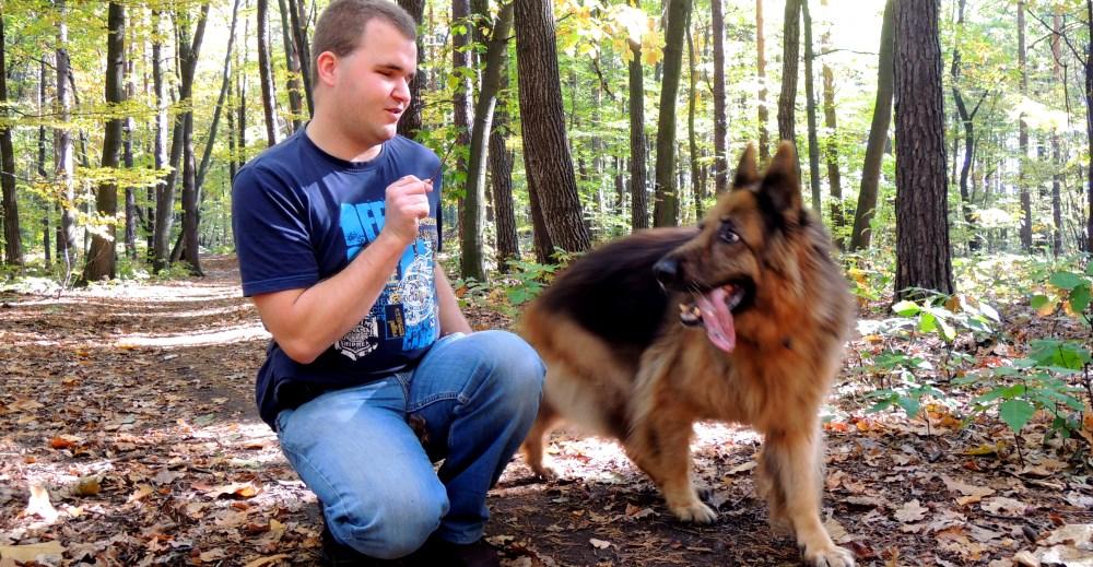 Bartek Lenarth na spacerze z psem